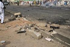 """Место взрыва, предположительно совершенного боевиками """"Боко Харам"""", в городе Кадуна 8 апреля 2012 года. По меньшей мере 56 человек стали жертвами атаки неизвестного на рынок скота на северо-востоке Нигерии в ночь на четверг, сообщила медсестра, видевшая тела убитых в местной больнице. REUTERS/Stringer"""