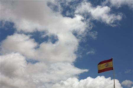 A Spanish flag is seen in the Andalusian capital of Seville May 3, 2012. Spain's borrowing costs are set to rise by more than a percentage point at an auction of three- and five-year bonds on Thursday, with markets watching for signs that its troubled banks are losing their appetite for the country's debt. REUTERS/Marcelo del Pozo
