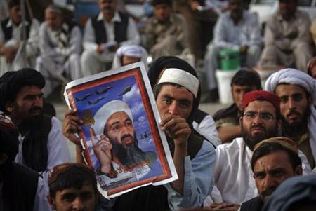 5月3日、米政府は、国際武装組織アルカイダの元指導者ウサマ・ビンラディン容疑者を殺害した際に、パキスタンの隠れ家から押収した文書17点を公開した。写真は反米集会で、同容疑者の絵を掲げるイスラム系政党の支持者ら。パキスタンのクエッタで2日撮影(2012年 ロイター/Naseer Ahmed)