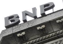 Логотип банка BNP Paribas на здании офиса в Париже, 26 апреля 2012 года. Прибыль BNP Paribas, ведущего французского банка с акциями на бирже, выросла в первом квартале благодаря поступлению средств от продажи акций Klepierre. REUTERS/Mal Langsdon