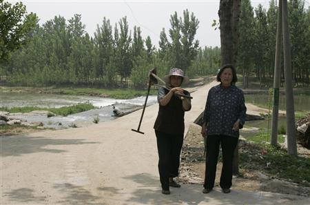 Villagers stand on the edge of Dongshigu village, where blind activist Chen Guangcheng escaped from house arrest, Shandong province May 4, 2012. REUTERS/Staff