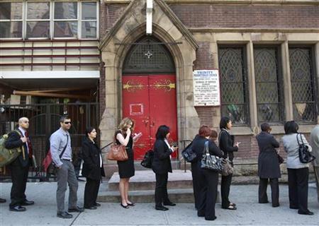 5月4日、同日発表された4月の雇用統計は、非農業部門雇用者数が前月比11万5000人増にとどまり、予想の17万人増を大幅に下回った。増加の鈍化は3カ月連続で米経済が勢いを失いつつあることを裏付けた。写真はジョブフェアへの入場を待つ参加者。ニューヨークで4月撮影(2012年 ロイター/Shannon Stapleton)