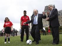 O presidente da Fifa, Joseph Blatter, chuta bola durante evento em Ottawa nesta sexta-feira, quando ele voltou a criticar os preparativos do Brasil para a Copa do Mundo de 2014. REUTERS/Patrick Doyle