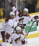 """Хоккеисты """"Финикса"""" радуются голу в ворота """"Нэшвилла"""", 4 мая 2012 года. """"Финикс"""" обыграл в пятницу """"Нэшвилл"""" с минимальным счетом и довел счет в серии до 3-1 в свою пользу. REUTERS/M. J. Masotti Jr"""