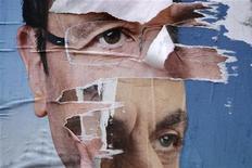 Избирательные плакаты кандидатов в президенты Франции Николя Саркози (справа) и Франсуа Олланда в Тюле, 4 мая 2012 года. Действующий президент Франции Николя Саркози обратился с яркой речью к избирателям в пятницу на фоне опросов, показывающих рост его популярности за несколько дней до второго тура президентских выборов. REUTERS/Stephane Mahe
