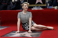 """Scarlett Johansson entró por primera vez en el universo de superhéroes de cómics de Marvel enfrentándose a Robert Downey Jr. como la misteriosa Viuda Negra en el taquillazo de 2010 """"Iron Man 2"""". En la imagen, Scarlett Johansson posando con su estrella en el Paseo de la Fama de Hollywood el 2 de mayo de 2012. REUTERS/Mario Anzuoni"""