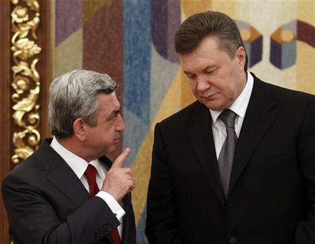 Ukrainian President Viktor Yanukovich (R) and his Armenian counterpart Serzh Sarksyan talk after a signing ceremony in the Ukrainian capital Kiev July 1, 2011. REUTERS/Gleb Garanich