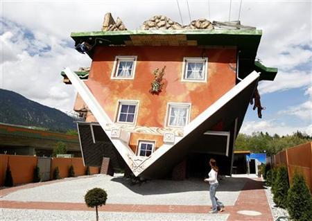 5月5日、 オーストリア西部チロル地方のターフェンスに上下逆さまの家が登場し、家族連れなどに人気の観光スポットとなっている(2012年 ロイター/Dominic Ebenbichler)
