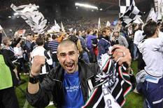 Fãs do Juventus comemoram após o time vencer o título da série A contra o Cagliari no estádio Nereo Rocco, em Trieste. 06/05/2012 REUTERS/Giorgio Perottino