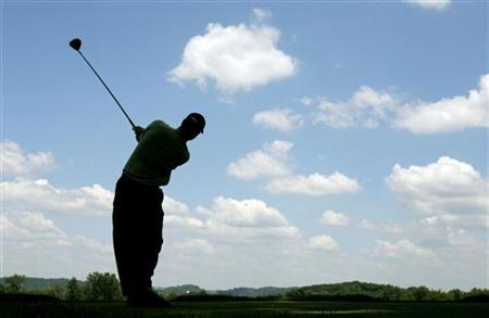 A golfer tees off at a country club in Oakmont, Pennsylvania June 12, 2007. REUTERS/Brian Snyder