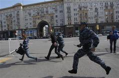 Полиция гоняет недовольных в день инаугурации Владимира Путина 7 мая 2012 года. Путин в третий раз въехал в Кремль по оцепленной пустынной Москве, зачищенной ОМОНом от недовольных, которые неожиданно массовой акцией накануне инаугурации поддержали крупнейшую за путинское правление волну гражданских протестов. REUTERS/Maxim Shemetov (RUSSIA - Tags: POLITICS CIVIL UNREST)