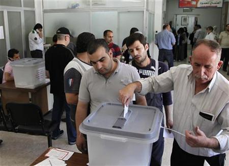 5月7日、政府軍と反体制派の衝突が続くシリアで、複数政党制による議会選挙が実施された。写真は首都ダマスカスの投票所で撮影(2012年 ロイター/Khaled al- Hariri)