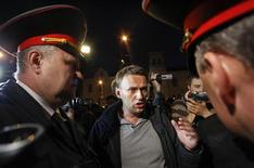 Оппозиционный политик Алексей Навальный беседует с полицейскими на ночной акции в Москве 8 мая 2012 года. Сотни противников Владимира Путина в первый день его очередного президентского срока сумели закрепиться в центре Москвы и устроить бродяче-сидячую акцию протеста после двух дней противостояния с полицией, за которые почти 1000 недовольных были задержаны. Навальный закончил ночь в отделении полиции. REUTERS/Maxim Shemetov