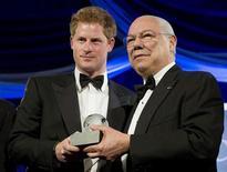 Príncipe Harry posa ao lado do ex-Secretário de Estado norte americano Colin Powell ao receber prêmio humanitário do grupo Atlantic Council, em Washington. 07/05/2012 REUTERS/Joshua Roberts