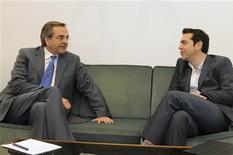Los conservadores griegos dijeron el martes que no incumplirían su promesa de acatar el acuerdo de rescate de la Unión Europea y el Fondo Monetario Internacional que salvó al país de la bancarrota, rechazando la condición impuesta por un partido de izquierdas para ayudar a la formación de un Gobierno de coalición. En la imagen de archivo, el líder del partido conservador griego Antonis Samaras (izquierda) habla con el portavoz de la coalición de izquierdas Alexis Tsipras en el Parlamento de Atenas, el 7 de mayo de 2012. REUTERS/Evi Filaktou/Handout