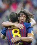 El defensa Carles Puyol podría perderse la Eurocopa al conocerse el martes que sufre una lesión de rodilla que requiere cirugía artroscópica y estará seis semanas de baja, dijo el Barça. En la imagen, Puyol abraza a Iniesta el 2 de mayo de 2012 en el Camp Nou. REUTERS/Albert Gea