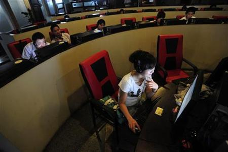 People use computers at an internet cafe in Hefei, Anhui province June 8, 2010. REUTERS/Stringer/Files
