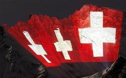 Italia e Svizzera chiudono la vertenza sui lavoratori transfrontalieri e avviano il confronto su un modello di convenzione fiscale per regolarizzare i capitali illecitamente detenuti in territorio elvetico da contribuenti italiani. REUTERS/Arnd Wiegmann