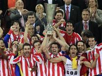 Jogadores do Atlético de Madri comemoram título da Liga Europa após vitória de 3 x 0 sobre o Athletic Bilbao na quarta-feira. REUTERS/Radu Sigheti