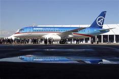Презентация самолета Sukhoi Superjet 100 в Комсомольске-на-Амуре 26 сентября 2007 года. Индонезийские спасатели в четверг обнаружили обломки российского самолета Sukhoi Superjet 100, пропавшего накануне во время демонстрационного полета, на борту которого было более 40 человек. REUTERS/Yuri Maltsev