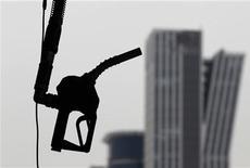 Заправочный пистолет на заправке в Сеуле, 6 апреля 2011 года. Нефть Brent упала до $113 за баррель в четверг после более слабых, чем ожидалось, торговых данных из Китая, усиливших опасения о спросе во втором мировом потребителе нефти. REUTERS/Lee Jae-Won