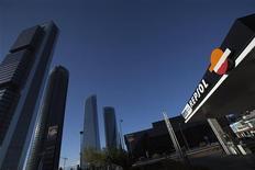 <p>Le renchérissement du pétrole a soutenu les résultats de Repsol, qui annoncé jeudi une hausse de 4% de son bénéfice du premier trimestre, hors participation majoritaire dans le groupe d'énergie YPF saisie par le gouvernement argentin. /Photo prise le 16 avril 2012/REUTERS/Juan Medina</p>