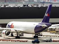 <p>L'américain FedEx rachète la société française de livraison de colis TATEX, selon des termes qui n'ont pas été rendu publics, afin d'étendre son réseau de courriers express en Europe. /Photo d'archives/REUTERS/Brian Snyder</p>