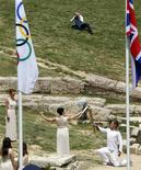 Atriz grega Ino Menegaki(D) acende tocha segurada pelo campeão de natação grego Spyridon Gianniotis (D)durante acendimento da Tocha dos Jogos Olímpicos de Londres no local da Antiga Olímpia, na Grécia. 10/05/2012 REUTERS/Mal Langsdon