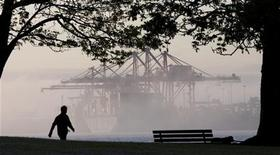 A container ship port is enveloped in a morning mist at dawn inside the inner harbour of Vancouver, British Columbia May 4, 2008. REUTERS/Andy Clark