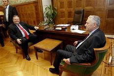 Los partidos políticos de Grecia estaban enfrascados el jueves en su último intento de formar un Gobierno y evitar nuevas elecciones, después de que los votantes rechazaron el rescate internacional y agudizaron la crisis que vive el endeudado país. En la imagen, el líder del partido Izquierda Democrática, Fotis Kuvelis (a la derecha) se reúne con el líder del partido socialista PASOK, Evangelos Venizelos, en Atenas, el 10 de mayo de 2012. REUTERS/Yorgos Karahalis