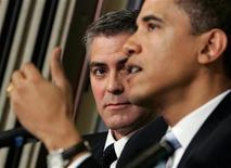 O ator George Clooney (esquerda) observa enquanto o presidente dos Estados Unidos, Barack Obama, fala numa coletiva de imprensa em Washington, 27 de abril de 2006. Logo após declarar seu apoio ao casamento homossexual, o presidente Obama seguiu rumo ao oeste nesta quinta-feira para uma maratona de arrecadação de fundos políticos que culminará em um evento de milhões de dólares na casa do astro de Hollywood. REUTERS/Jason Reed