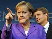 """Канцлер Германии Ангела Меркель жестикулирует во время поездки в Кобленц в рамках предвыборной кампании 15 сентября 2009 года. Ангела Меркель назвала Украину """"диктатурой"""" и сравнила ее с Белоруссией, одной из самых изолированных стран Европы. REUTERS/Wolfgang Rattay"""