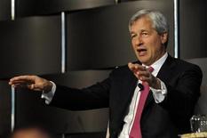 <p>Jamie Dimon, PDG de JPMorgan Chase. La première banque américaine a annoncé jeudi une perte de trading de deux milliards de dollars consécutive à l'échec d'une stratégie de couverture, ce qui a contraint son médiatique patron à présenter ses excuses. /Photo prise le 3 mai 2012/REUTERS/Keith Bedford</p>
