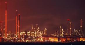 <p>La raffinerie de Royal Dutch Shell à Pulau Bukom, à Singapour. Le Qatar est entré au capital du groupe pétrolier britannique et envisagearait une prise de participation dans l'italien ENI, selon des informations de presse. /Photo prise le 29 septembre 2011/REUTERS/Tim Chong</p>