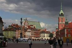 People walk at Plac Zamkowy in Warsaw's Old Town September 14, 2011. REUTERS/Kacper Pempel
