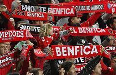 <p>Les supporters du Benfica Lisbonne vont pouvoir bénéficier pour leurs obsèques d'un rabais de 12,5%, au terme d'un accord conclu entre le club portugais et la principale entreprise de pompes funèbres du pays. Selon le Livre Guinness des records, Benfica était en 2006 le club de football comptant le plus grand nombre de supporters au monde. /Photo d'archives/REUTERS/Hugo Correia</p>