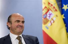 <p>Le ministre de l'Economie espagnol Luis de Guindos. L'Espagne a imposé à ses banques d'augmenter leurs provisions pour se protéger des pertes croissantes sur leurs prêts toxiques dans l'immobilier, tout en s'engageant à apporter une aide limitée aux établissements en difficultés via des prêts à taux élevés mais cette nouvelle tentative pour sortir le pays de la crise financière qui sévit depuis quatre ans n'a pas convaincu les marchés. /Photo prise le 11 mai 2012/REUTERS/Juan Medina</p>