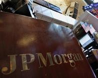 Сектор JP Morgan на Нью-Йоркской фондовой бирже, 11 мая 2012 года. Акции американских банков сильно подешевели по итогам пятничной сессии на Уолл-стрит после сообщения JPMorgan о потере миллиардов долларов на торговых операциях, но благодаря подъему котировок технологических компаний в целом фондовый рынок показал умеренное снижение. REUTERS/Brendan McDermid