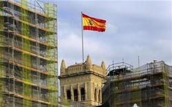 El Gobierno español está ultimando una reforma administrativa para delimitar de forma precisa las competencias de los ayuntamientos que aspira a modificar radicalmente la prestación de los servicios municipales, dentro de sus esfuerzos por cumplir los objetivos de déficit y racionalizar el gasto público. En la imagen de archivo, la bandera española ondea en el ayuntamiento de Madrid, el 28 de mayo de 2010. REUTERS/Andrea Comas