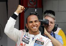 Piloto da Fórmula 1 Lewis Hamilton, da McLaren, comemora após conseguir a pole position na sessão qualificatória do Grande Prêmio Espanhol de F1 no circuito de Catalunya, em Montmeló. 12/05/2012 REUTERS/Albert Gea