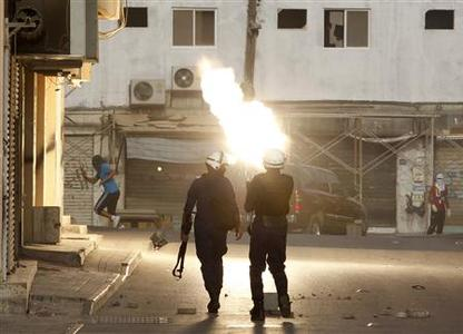 Riot policemen try to disperse anti-government protesters in the village of Bilad al-Qadeem, May 12, 2012. REUTERS/Hamad I Mohammed