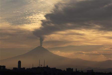 The Popocatepetl volcano spews a cloud of ash and steam high into the air in Puebla May 11, 2012. REUTERS-Imelda Medina