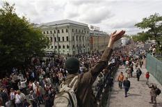 Колонна гуляющих проходит по Трубной площади и Рождественскому бульвару в Москве 13 мая 2012 года. Тысячи людей вышли на московские бульвары в воскресенье на прогулку с писателями в надежде вернуть себе право на мирный протест после полицейской охоты за недовольными и разгона 50-тысячной демонстрации, которыми ознаменовалось возвращение Владимира Путина в Кремль на третий срок. REUTERS/Maxim Shemetov