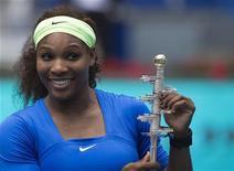 Norte-americana Serena Williams posa com troféu Ion Tiriac após vencer a final sobre a bielorrussa Victoria Azarenka no torneio de tênis Aberto de Madri. 13/05/2012 REUTERS/Juan Medina