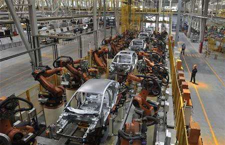 Employees inspect an assembly line of a Ford manufacturing plant in Chongqing municipality, April 20, 2012. REUTERS/Stringer