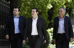 Лидер леворадикальной греческой коалиции Алексис Ципрас (в центре) выходит из президентского дворца в Афинах, 13 мая 2012 года. Лидер левых радикалов Греции в понедельник отверг приглашение президента на окончательный этап коалиционных переговоров, практически гарантировав этим повторные парламентские выборы, которые может выиграть. REUTERS/John Kolesidis