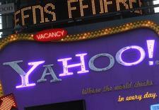 Рекламный щит с логотипом Yahoo! в Нью-Йорке, 25 января 2010 года. Yahoo Inc в очередной раз сменила генерального директора и отдала три места в совете директоров хедж-фонду Даниэля Лёба Third Point LLС, что укрепляет его позиции в вопросе воздействия на стратегию интернет-гиганта. REUTERS/Brendan McDermid