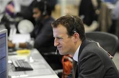 Трейдер IG Group работает в торговом зале компании в Лондоне, 27 октября 2011 года. Европейские фондовые рынки резко снизились в понедельник, так как неспособность Греции сформировать правительство угрожает усилить кризис в еврозоне; новости о том, что Китай пытается укрепить экономику, также ухудшают настроения. REUTERS/Paul Hackett