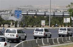 Наблюдатели ООН покидают здание миссии в Дамаске 13 мая 2012. Как минимум 23 человека, включая два десятка сирийских солдат, погибли в понедельник в результате столкновений повстанцев и правительственных сил у города Эр-Растан, несмотря на перемирие, сообщила правозащитная организация. REUTERS/Khaled al-Hariri