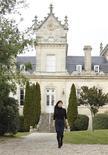 Ли Лихуань, управляющая поместьем китайского бизнесмена во Франции, шагает на фоне особняка Chateau du Grand Moueys в Капьяне 7 марта 2012 года. Спрос на самую дорогую в мире недвижимость ослабнет в этом году после двух лет сильного роста, так как озабоченность по поводу долгового кризиса еврозоны, состояния мировой экономики и ценовой политики государств Азии разубеждает в приобретении жилья потенциальных покупателей, показало исследование. REUTERS/Caroline Blumberg